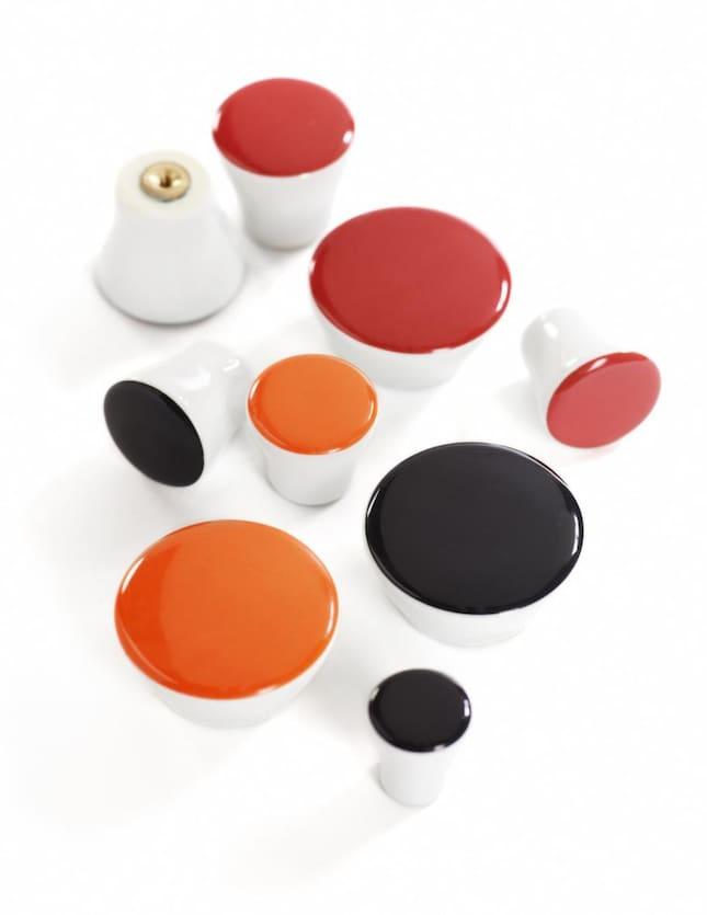Sandbergs Tapeter Kok : Porslinsknoppar Dots finns i olika forger och storlekar fron 2 till