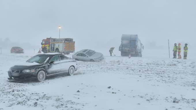 Flera bilar och en sopbil var inblandade i en olycka på väg 113. Foto: Mikael Nilsson