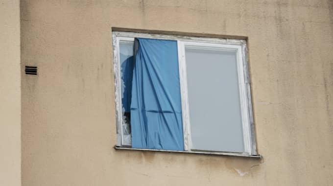 Tidigt på fredagsmorgonen väcktes grannarna av skrik och ljudet av krossat glas från lägenheten där mordet skedde. Foto: Olle Sporrong