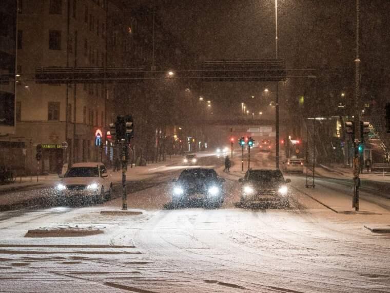 Snö och kyla orsakar besvär på vägarna. Foto: Pelle T Nilsson