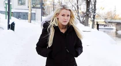 Josefine Öqvist berättar om hur hon försöker lära sig leva med smärtan efter att hennes storasyster Caroline gått bort. Foto: Cornelia Nordström