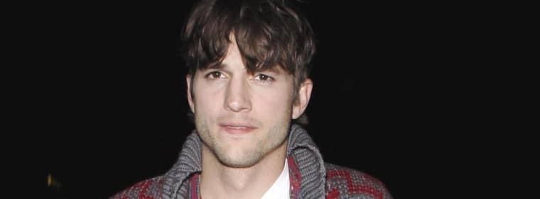 """Ashton Kutcher är numera välklippt och renrakad, till skillnad från när skådespelaren gjorde sin debut i serien """"2 och 1/2 män""""."""