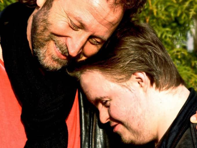 Sören Olsson tillsammans med sonen Ludvig. Ludvig, som hade Downs Syndrom, dog för ett år sedan. Han blev 24 år. Foto: Vide Olsson / VIDE OLSSON