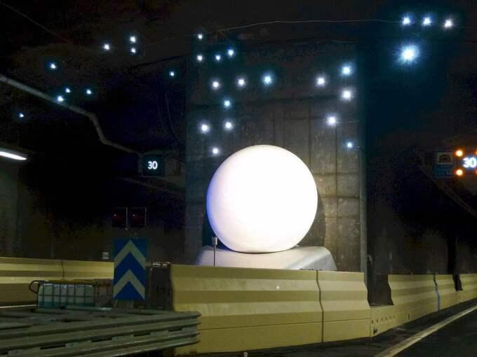 Skulpturen Vinter av Pål Svensson i vägtunneln Norra Länken i Stockholm. Bollen täcks av rimfrost tack vare ett speciellt kylaggregat. Verket är en del av den totala satsningen på konst i Norra länken som kostade 50 miljoner kronor. Foto: Holger Ellgaard
