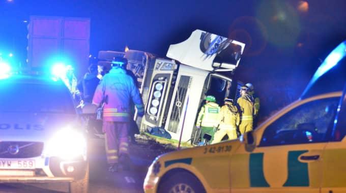 Föraren skulle backa med sin tunga lastbil, som då hamnade i diket. Två personer fick föras till sjukhus. Foto: Niklas Luks
