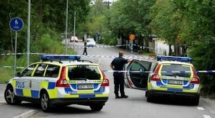 Polisen spärrade av delar av Jakobsberg efter att den allvarligt skadade mannen hittats. Foto: Janne Åkesson / Swepix