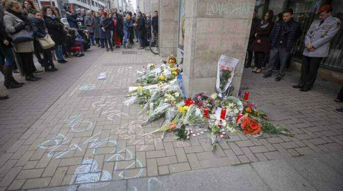 Blommor utanför tunnelbanestationen i Bryssel. Foto: TT