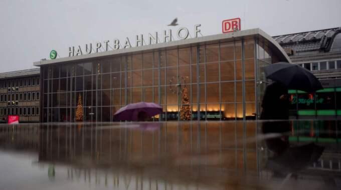 Under nyårsnatten utsattes ett hundratal kvinnor för sexuella övergrepp utanför tågstationen i Köln. NU riktas stark kritik mot polisen och asylpolitiken i Tyskland. Foto: Oliver Berg / Epa / Tt