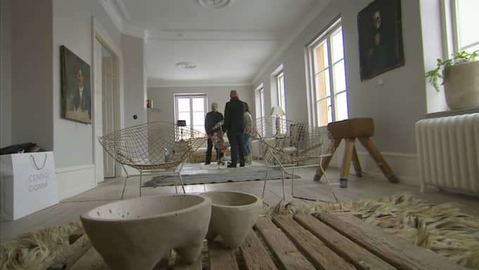 """Hemma hos Marie Olsson Nylander och Bill Nylander, när """"Husdrömmar"""" gjorde ett återbesök i det renoverade huset i Höganäs. Foto: SVT"""