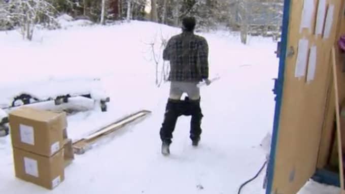 Här springer den folkkära artisten iväg Foto: Kanal 5