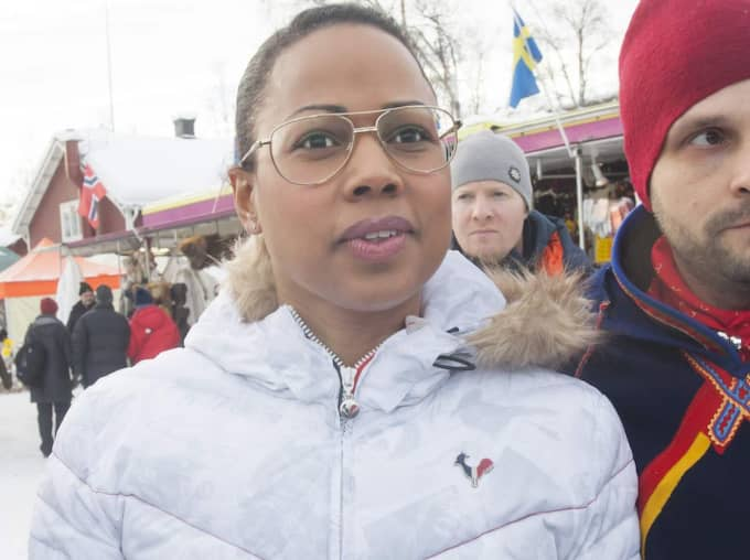 "Firade nationaldag. Kultur- och demokratiminister Alice Bah Kuhnke firade i går samernas nationaldag i Jokkmokk i Norrbotten. Hon kommenterade då prinsessan Madeleines tystnad mot medierna. ""Det är makthavare med en stor påse skattepengar"", sade Bah Kuhnke om kungahuset. Foto: SUSANNE LINDHOLM"
