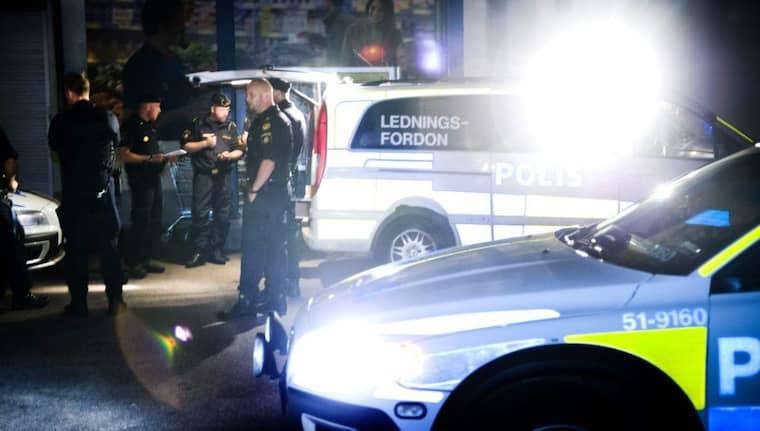"""4 september 2013: Två unga män, 17 och 28 år gamla, sköts till döds på Väderilsgatan i Biskopsgården på Hisingen. De satt tillsammans med en grupp ungdomar när de blev beskjutna från 60 meters håll. 17-åringen beskrevs av sina vänner som en """"glädjespridare"""" i området och 28-åringen som en """"godhjärtad småbarnspappa"""". Polisen säger att de vet vem som sköt men att de inte har kunnat bevisa det i rätten. Foto: Robin Aron"""