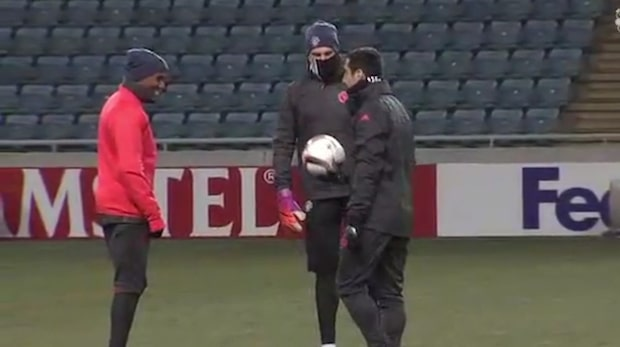 Här tränar Zlatan i rånarluva inför Europa League-matchen