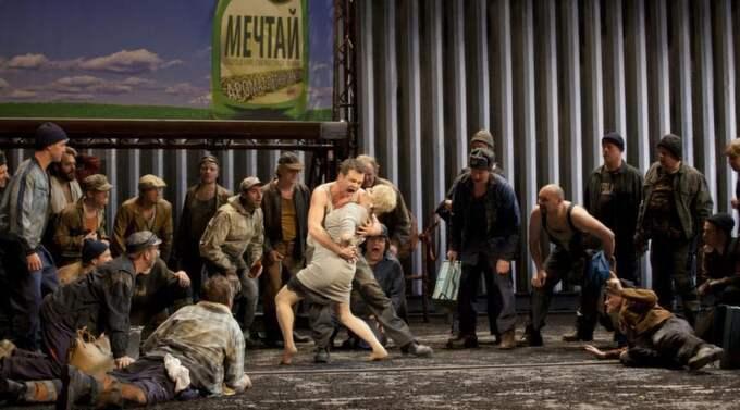 MANLIG SEXUALITET. Sergei kopplar greppet om Katerina i Lady Macbeth från Mtsensk. Foto: MATS BÄCKER Foto: Mats Bäcker