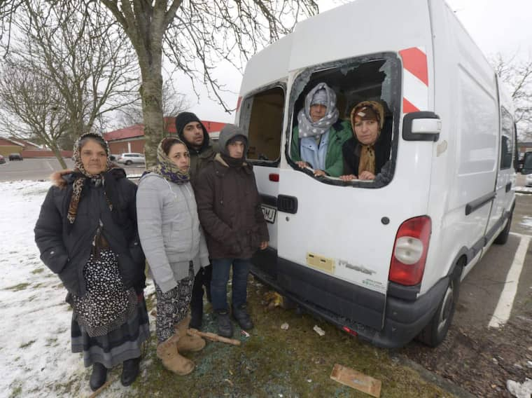 En minibuss, som fungerar som sovplats för sju romska rumäner som är i Sverige för att tigga, attackerades av en grupp män. Stenar ska ha kastats in genom bakrutan på bussen och när en av männen som sov i bussen vaknade och gick ut blev han misshandlad. Foto: STEFAN LINDBLOM