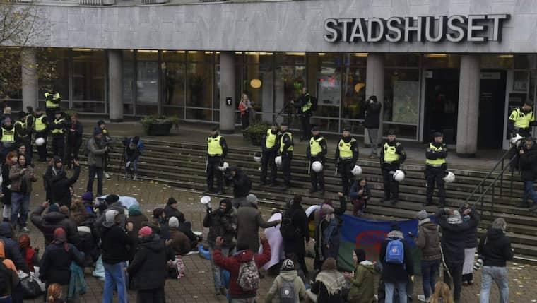 Flera av aktivister och EU-migranter har satt sig på trappan till stadshuset för att demonstrera. Foto: Tomas Leprince