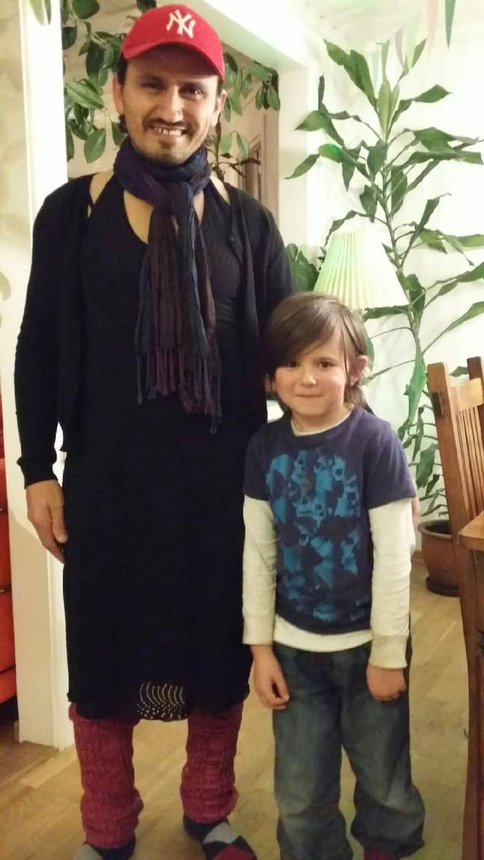 Mentor Pasha, 33, klädde sig i klänning för att stötta sonen Walter, 6. Foto: Privat
