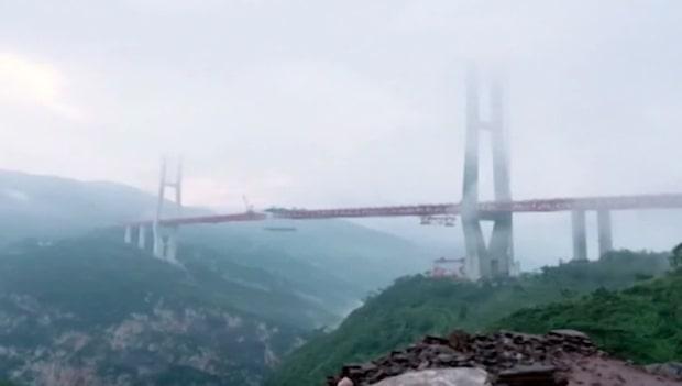 Världens högsta bro öppnar för trafik