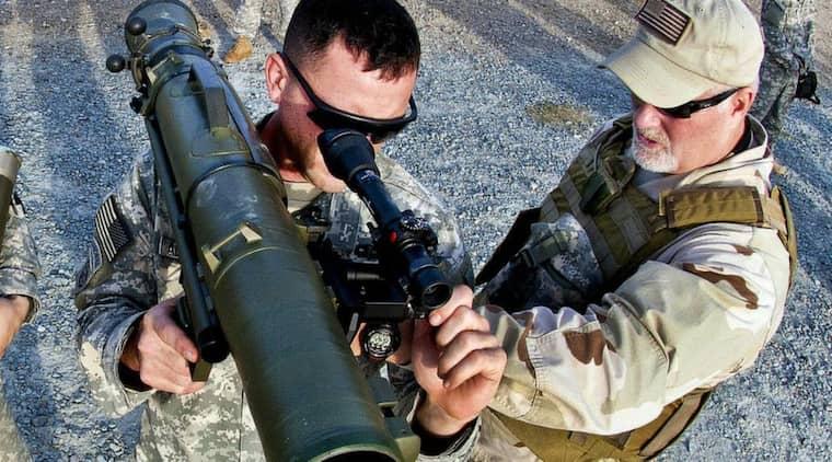 Carl Gustaf, även kallat Granatgevär m/48 eller GRG, är ett pansarvärnsvapen som används för att bekämpa främst pansarfordon. Granatgeväret har en kaliber på 84 millimeter och ger ingen rekyl när det avfyras. Det är byggt enligt den så kallade bakblåsprincipen. Vapnet tillverkas av Saab i Karlskoga och har exporterats till mer än 40 länder, däribland flera diktaturer. På bilden tränas en amerikansk soldat i hur man använder en Carl Gustaf. Foto: Michael J. Macleod