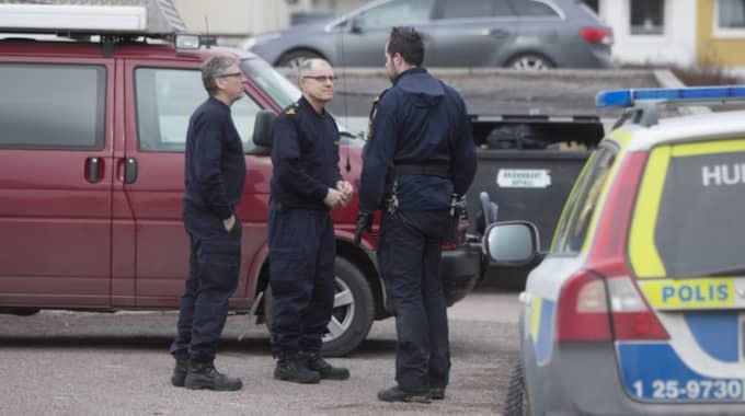 Flera polispatruller var på plats vid asylboendet på skärtorsdagen. Foto: Henrik Hansson