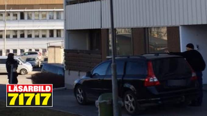 Polisens insatsstyrka slog till mot en lägenhet. Nu har man inlett en förundersökning om grovt narkotikabrott. Foto: LÄSARBILD