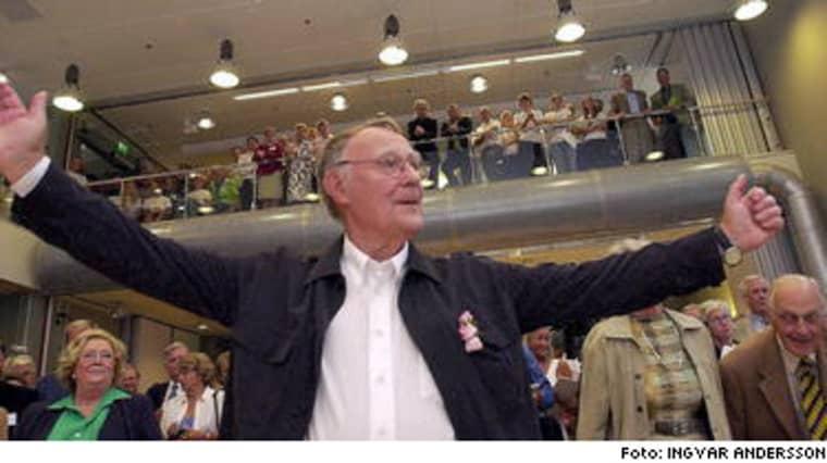 Ingvar Kamprad, 77, har en förmögenhet på 300 miljarder kronor. Själv fnyser han åt utmärkelsen att vara Sveriges rikaste person.