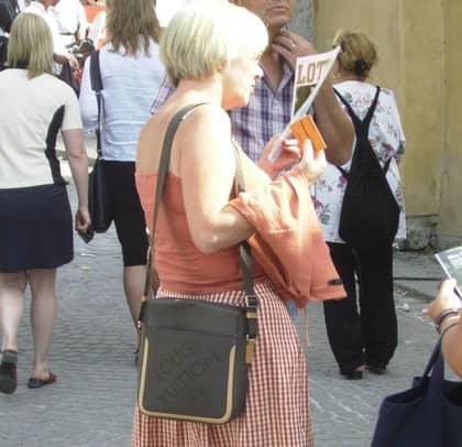 Enligt pressekreteraren Joakim Jakobsson är Wanjas Louis Vuitton-väska en kopia. Men Louis Vuitton-butiken och en fristående bedömare menar att den är äkta. Foto: PRIVAT