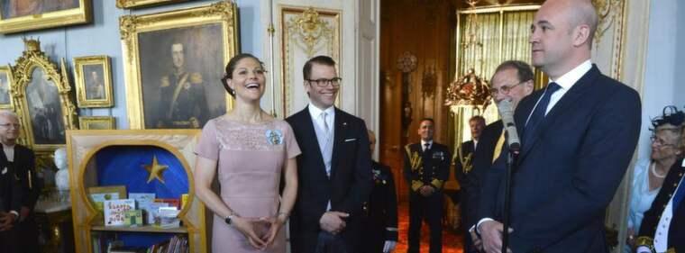 Fredrik Reinfeldt med bokgåvan till Estelle. Foto: Anders Wiklund