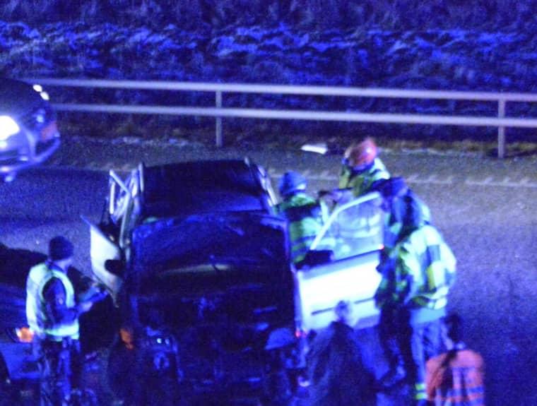 Tre personer fördes till sjukhus efter kollisionen. Foto: Fritz Schibli