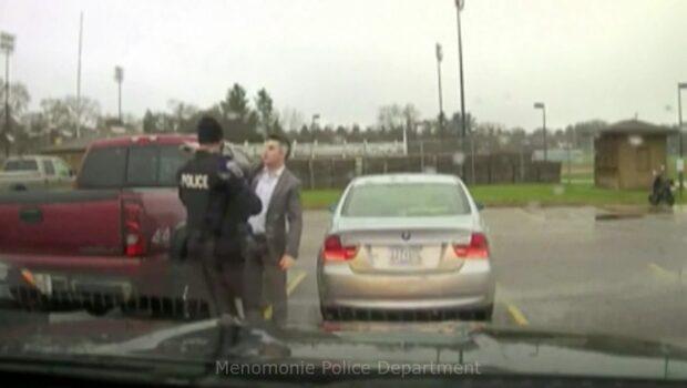 Här stoppas fortköraren av polis