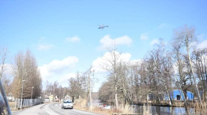Polisen sökte under natten och morgonen efter kvinnan med flera helikoptrar. Foto: Jens Christian Andersson / TOPNEWS.SE
