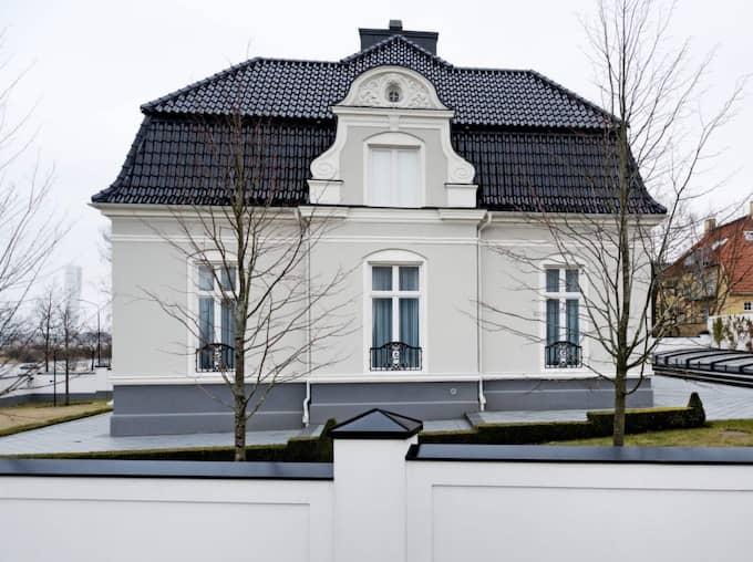 Privat område. Den som köper huset får förutom 13 superlyxiga rum och ett nyrenoverat boende även möjligheter till ett liv i avskildhet. En stenmur håller effektivt nyfikna blickar borta. Foto: Ludvig Thunman/Kvp/Expressen