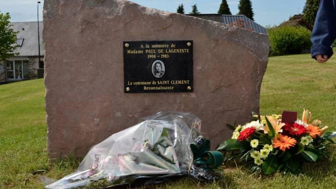 Den 8 maj förra året, på 70-årsdagen av krigsslutet i Europa, samlas byns invånare med borgmästaren Daniel Combes i spetsen för att avtäcka en minnessten till Bergljots ära. Foto: Saint-Cléments kommun