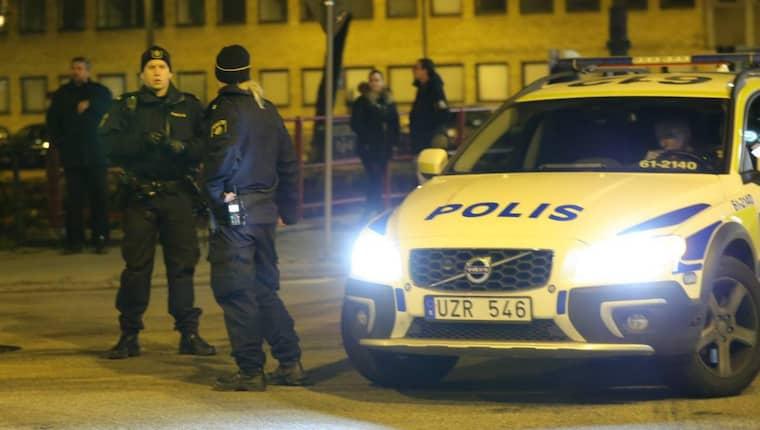 Klockan 23.23 larmades polisen av ett vittne som sett en person lämna något misstänkt vid entrén till Rättscentrum på Porslinsgatan i Malmö. Foto: Ulf Ryd