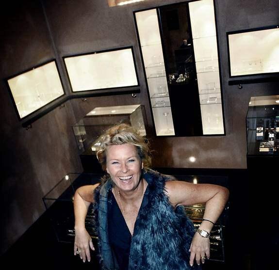 """Smyckedesignern Efva Attling slår upp portarna på Kungsgatan. Men hon har tagit bort """"Stockholm"""" från namnet inne i butiken. Foto: Karin Malmhav /Exponera"""