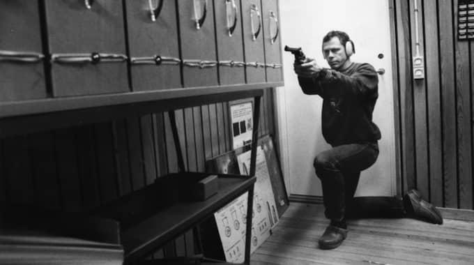 Palmegruppens mångårige vapenexpert Sonny Björk provskjuter här, 1989, ett av hundratals vapen som granskats i Palmeutredningen.