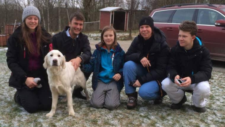 Leia tillsammans med sin familj: Linnéa, Jonas, John, Margaretha, Edward. Alla är jätteglada att ha sin älskade hund tillbaka. Foto: Privat