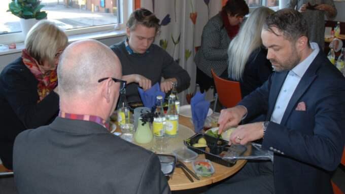 Här serveras politikerna Ann-Marie Hedlund (L) och Anton Eriksson (M) samt Stefan Österström, biträdande socialdirektör i Jönköpings kommun maten. I förgrunden Karl Gudmundsson, socialdirektör.