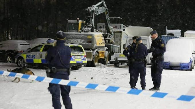 Polisen är på plats i Kallhäll och söker efter vittnen – och en misstänkt skytt. Foto: Stefan Johansson