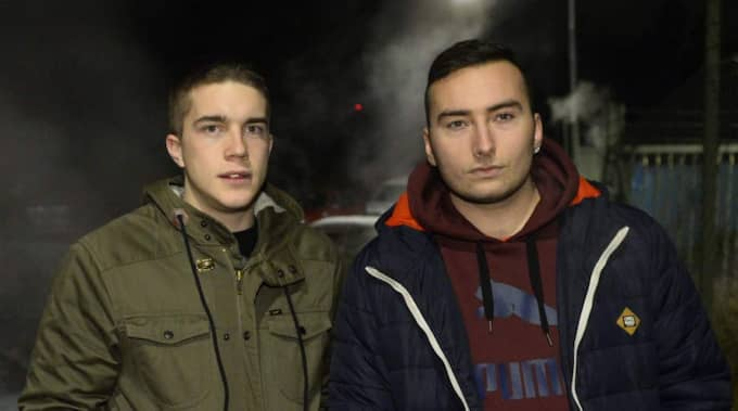 """Radovan Petrovic, 22 och Nebo Joksic, 21 bor båda två i Rågsved. """"Det är tragiskt att sådant här sker. Vi är lite nyfikna, men det har alltid varit lugnt här. Det kanske brinner någon bil då och då, men inte så här"""", säger Radovan och får medhåll av sin vän. Foto: Alexander Donka"""