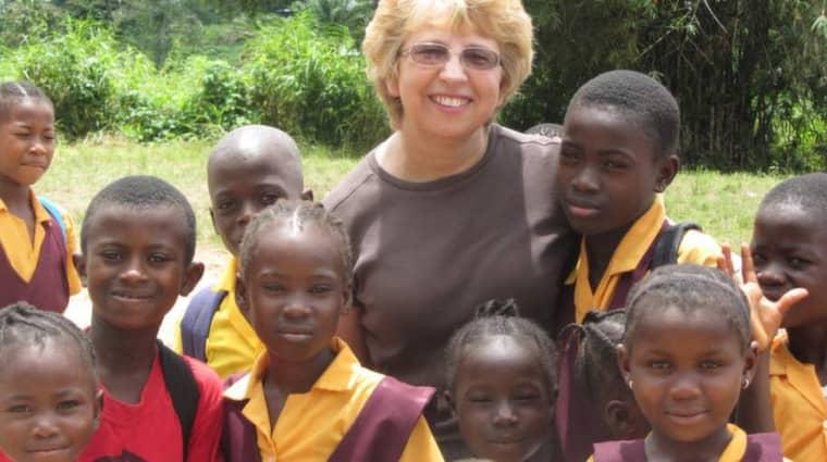 Missionären Nancy Writebol med nigerianska barn. Hon är en av dem som drabbats av Ebola.