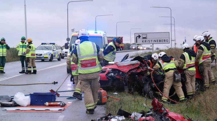 När flickvännen gjorde slut i bilen styrde mannen fordonet rakt in i en mötande bil. Frontalkrocken blev våldsam och föraren i den mötande bilen ådrog sig livshotande skador. Foto: Mikael Nilsson