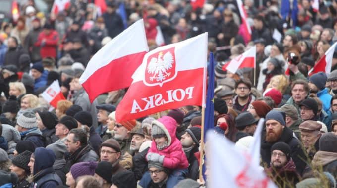 PROTESTER. Konservativa Lag och rättvisas ingrepp i de polska mediernas frihet har mött stora protester, senast i Warzsawa i lördags. Foto: Leszek Szymanski / Epa / TT