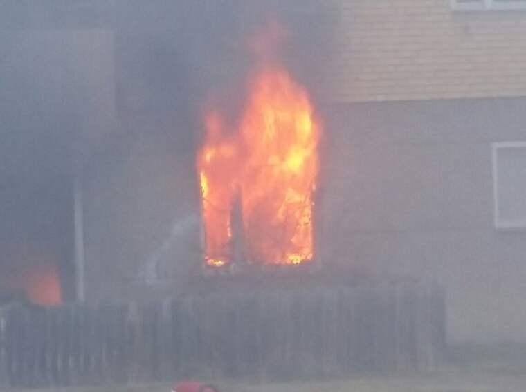 En våldsam brand rasar i flerfamiljshus i Mariefred, Strängnäs. Foto: Läsarbild