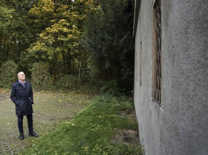 Matthias Katsch, talesman och offer för katolska prästers sexövergrepp, tittar på den byggnad där han själv blev utsatt i Berlin. Foto: Ola Torkelsson