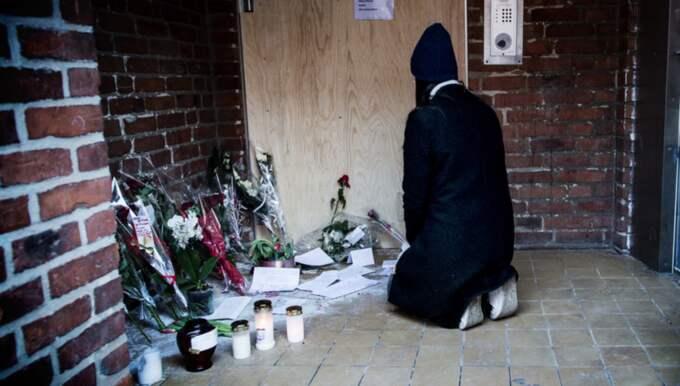 """SORG. Nadia sörjer vid platsen på Brocksgatan i Landskrona där en 26-åring sköts till döds. Hon sörjer inte bara sin nära vän utan också tryggheten i staden """" Det är oskyldiga som drabbas"""", säger hon. Foto: Christian Örnberg"""