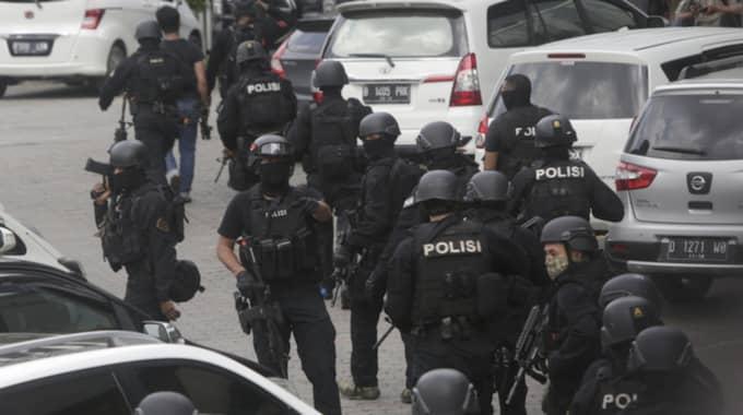 Under morgonen bevakas platsen av hundratals poliser. Militär med tillhörande pansarfordon har också anlänt. Foto: Dita Alangkara