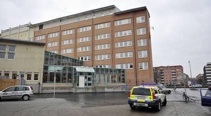 En 17-årig och en 19-årig flicka häktades i går i Malmö tingsrätt, misstänkta för grovt koppleri. Ytterligare en flicka är anhållen och förd till polishuset i Malmö. Enligt åklagaren har de sålt den 14-åriga flickan till mellan fem och åtta män i veckan. Foto: Lasse Svensson