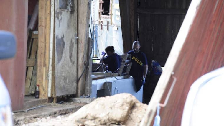 Under söndagen började polisens tekniker att gräva i ladan. Foto: Anna Svanberg