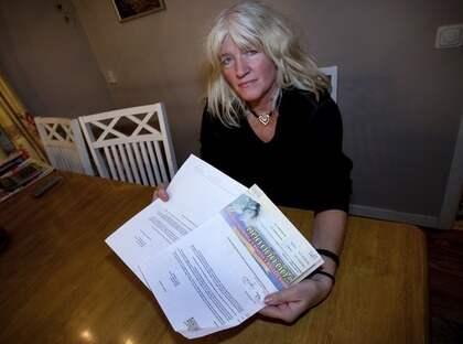 """GÅR TILL DOMSTOL. Inger Johnsson gick lottlös när hennes grannar fick dela på miljoner i Postkodlotteriet. Anledningen: Företaget hade inte registrerat hennes nya adress. """"Det är klart jag blev besviken"""", säger hon och nu har hon lämnat in en stämningsansökan för att få rätt. Foto: Martina Huber"""